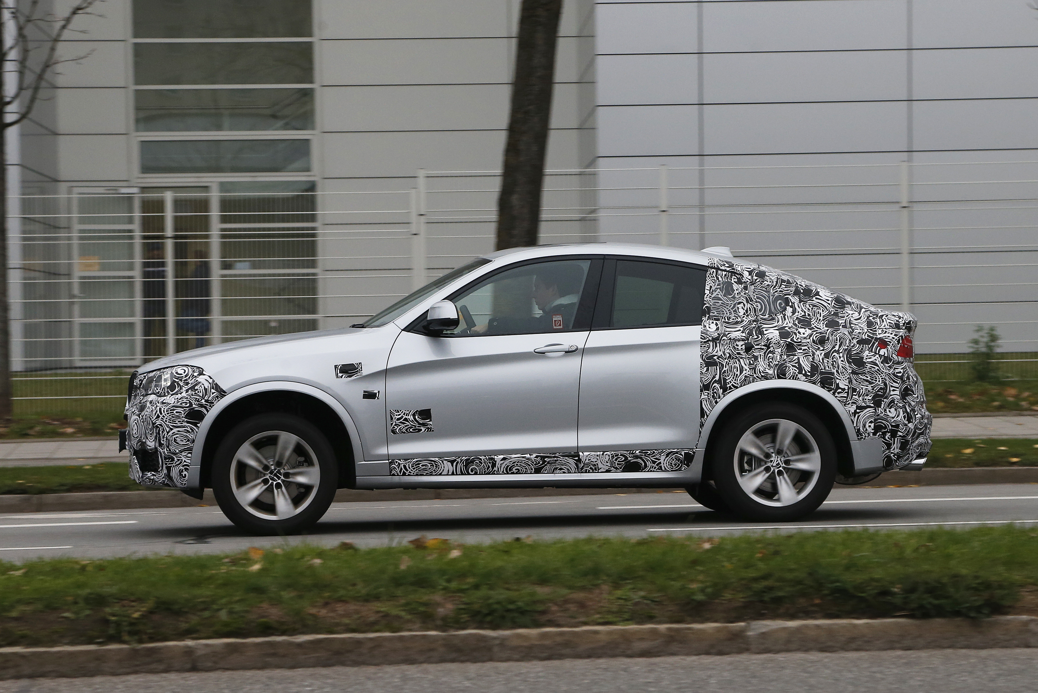 xbimmers bmw x3 forum latest bmw x4 f26 prototype pics with a look against x3. Black Bedroom Furniture Sets. Home Design Ideas